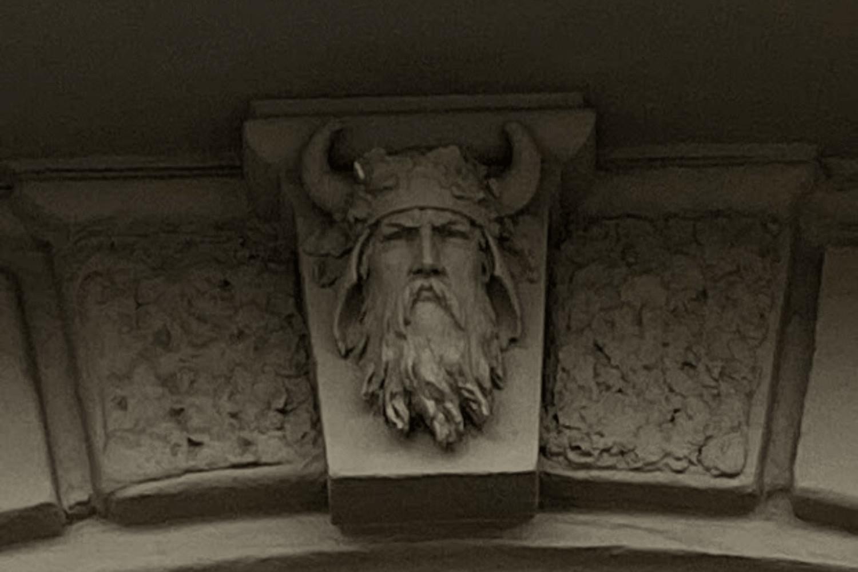 Vikinga tēls ekskursijā pa Forburgu. Elizabetes iela